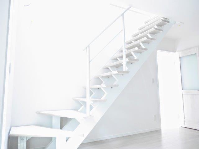 デザイン階段 新築工事 対面式カウンターキッチン 子どもの顔を見ながら料理ができる。 広々キッチンカウンター。